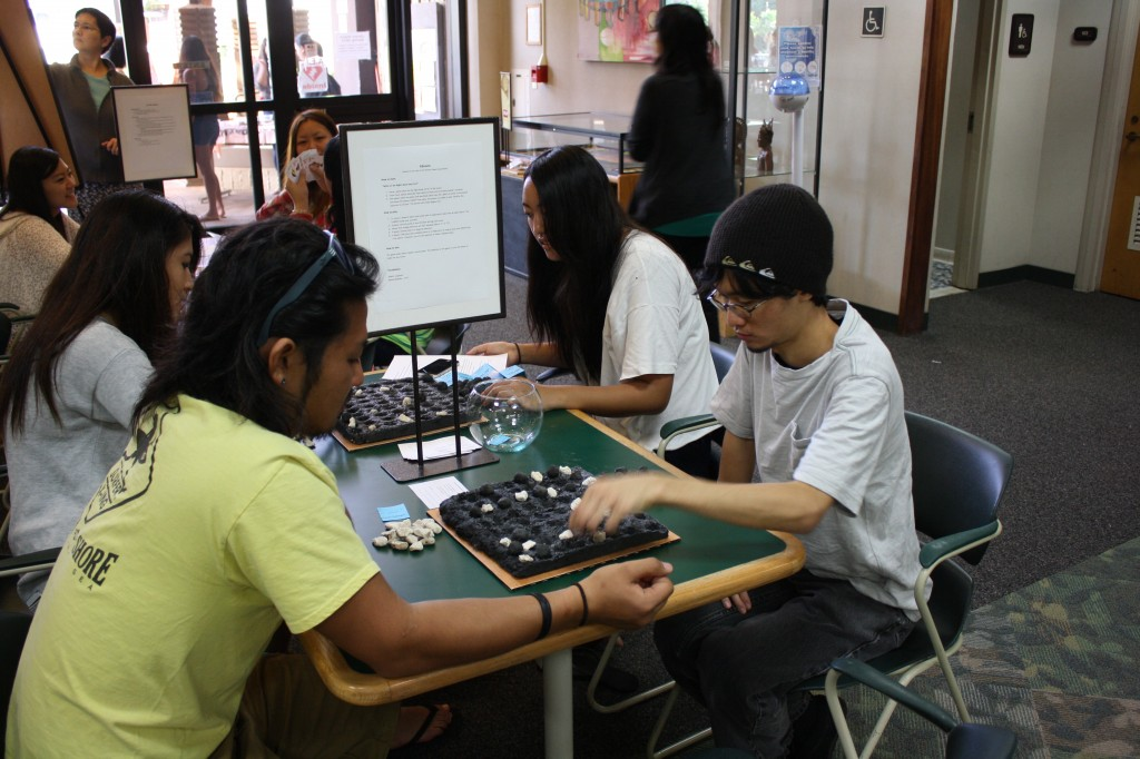 Two students playing kōnane