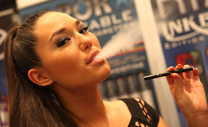 A model smoking an electronic cigarette. Photo by Michael Dorausch (Wikipedia Creative Commons)