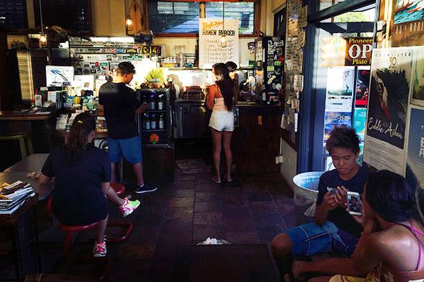 Customers at Pioneer Saloon (Photo: K. Nishimura)